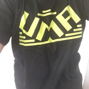 UMAと書かれたTシャツ