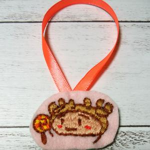 ぐるぐるキャンディーをみつめるダニ刺繍飾り物