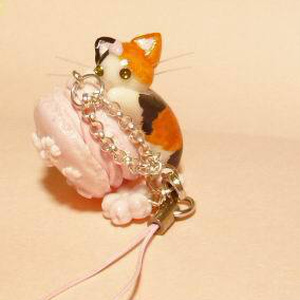 にゃんこのしっぽ○桜マカロンのストラップ〇三毛猫