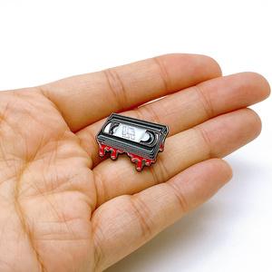 呪いのビデオテープピンバッジ