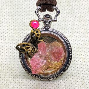 ピンクのクリスタルレジンと蝶のペンダントネックレス
