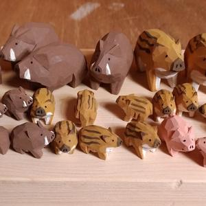 木彫りのちっちゃいイノシシ(とブタさん)