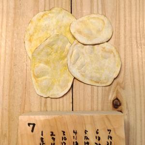 そっくり木彫りへ おひねり(スマホ用カレンダー画像)