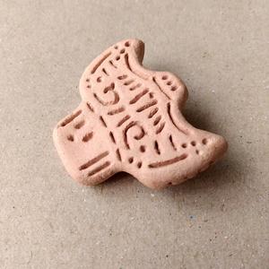 縄文式土器のブローチ