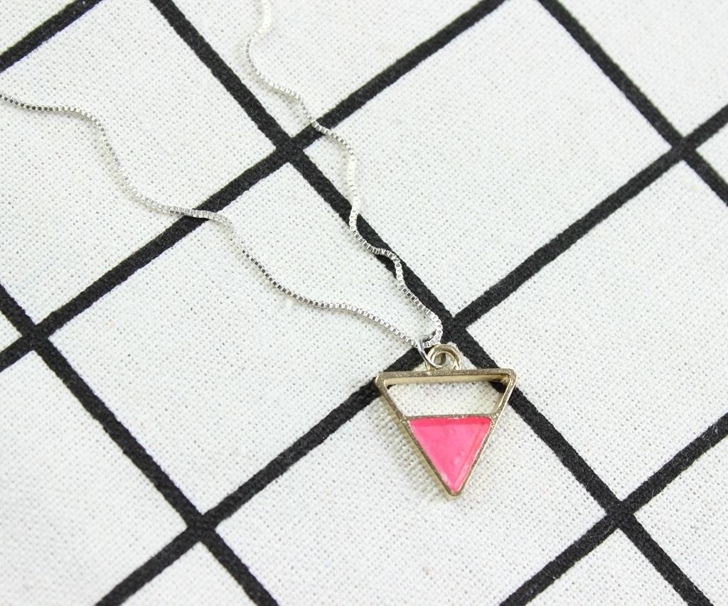 ピンクの三角形のペンダントネックレス、繊細なネックレス、ブライダルギフト、クリスマスプレゼント