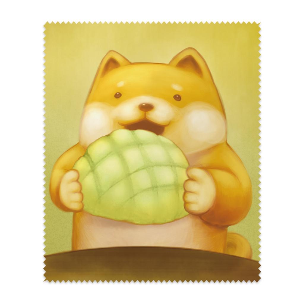 大きなメロンパンを食べる柴犬さんの布